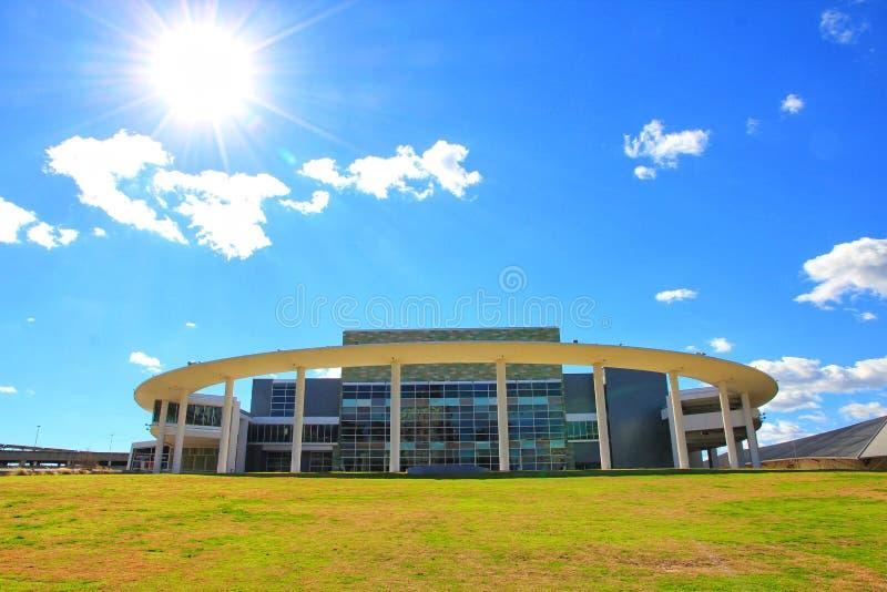 Architectuur en landschapsmeningen op het Lange Centrum van de Uitvoerende kunsten in Austin Texas stock fotografie