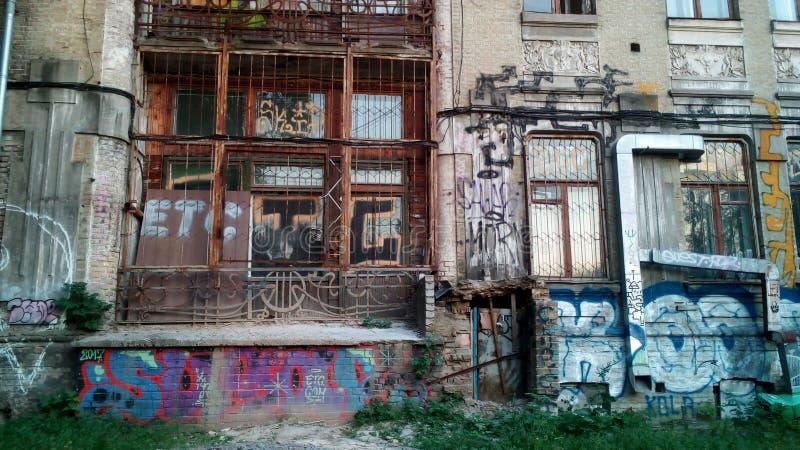 Architectuur in Kiev: de bouw + graffiti royalty-vrije stock foto