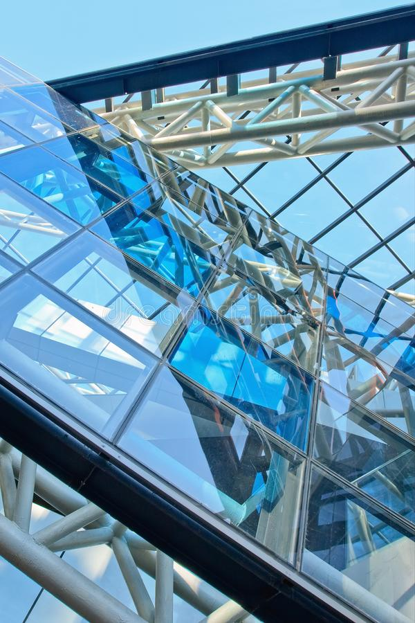 In architectuur met blauwe glaspanelen in een metaalbouw stock foto