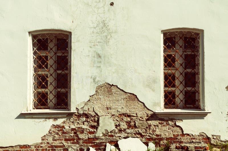 Architectuur uitstekende achtergrond Oude vensters van traditionele Slavische stijl royalty-vrije stock afbeelding