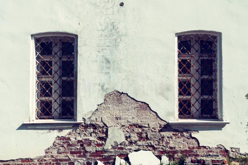 Architectuur uitstekende achtergrond Oude vensters van traditionele Slavische stijl in Verlosserkathedraal in Yuriev-klooster royalty-vrije stock foto's