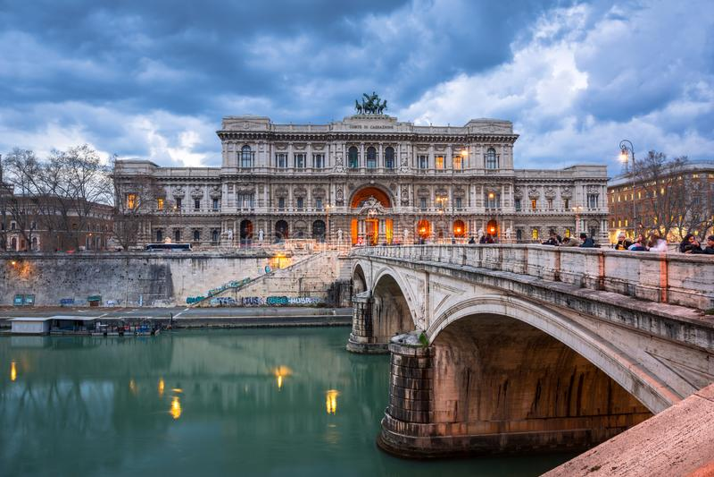 Architectuur van het Paleis van Rechtvaardigheid van de brug van Ponte Umberto in Rome, Italië wordt gezien dat royalty-vrije stock foto's