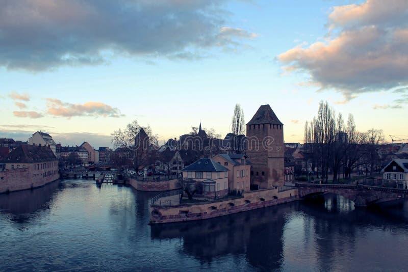 Architectuur in waterkant in de Elzas royalty-vrije stock foto