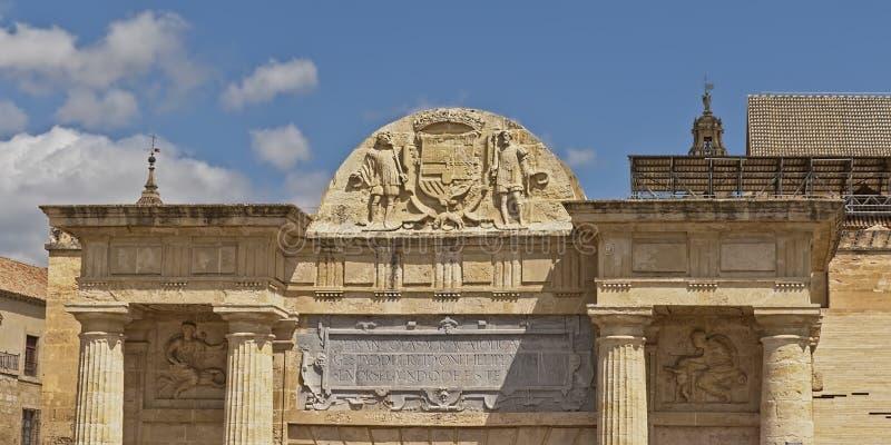 Architectuurdetail van de Roman poort van de brug in Cordoba, Andalussia, pijn stock foto