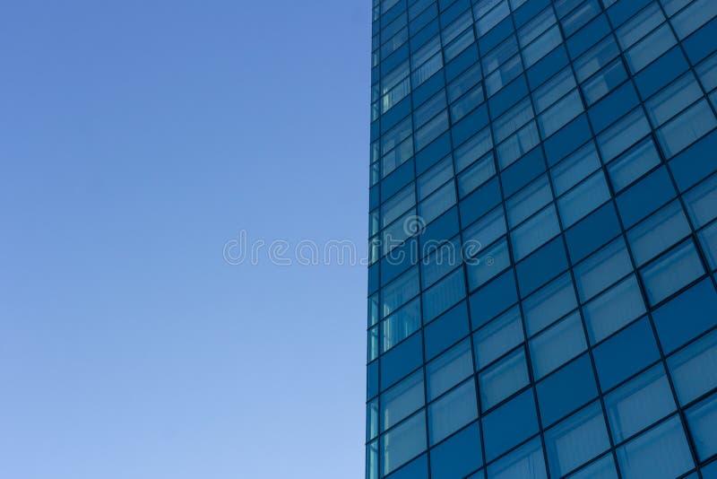 Architectuurdetails van de moderne bouw met glasvoorgevel op blauwe hemelachtergrond royalty-vrije stock afbeelding
