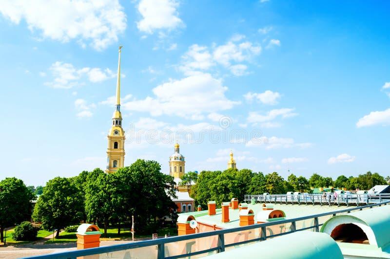 Architectuurensemble van Peter en van Paul kathedraal - mening van hoogte Peter en Paul Fortress in St Petersburg, Rusland royalty-vrije stock afbeelding