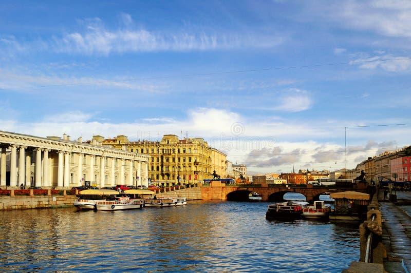 Architectuurlandschap - Anichkov-brug over Fontanka-rivier in St. Petersburg, Rusland stock afbeeldingen