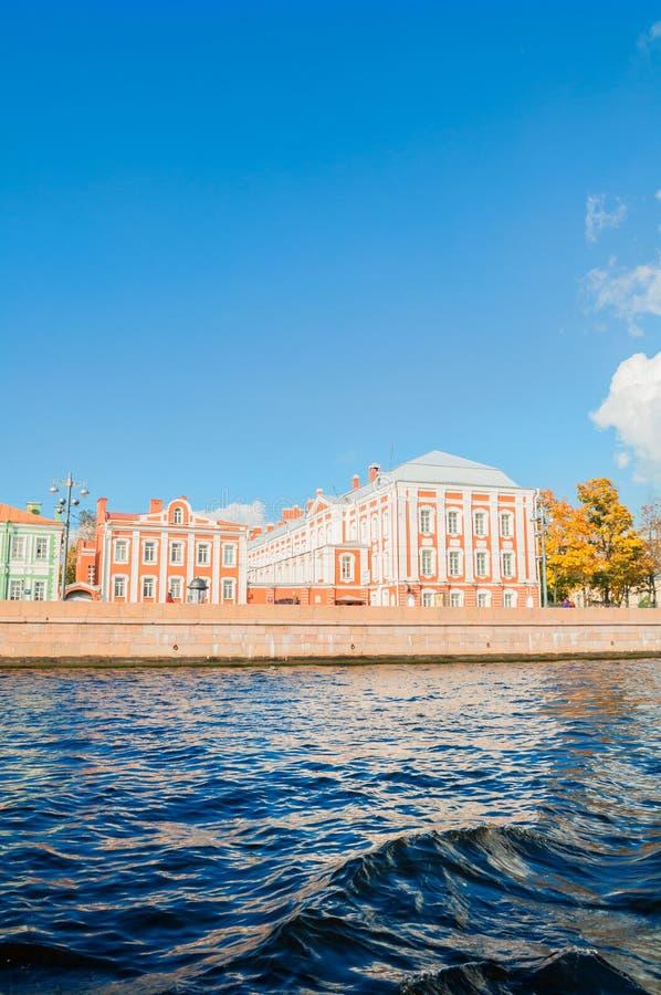 Architectuuroriëntatiepunt van St. Petersburg - Twaalf Universiteiten die bij de Universitaire dijk in St. Petersburg, Rusland bo stock afbeeldingen