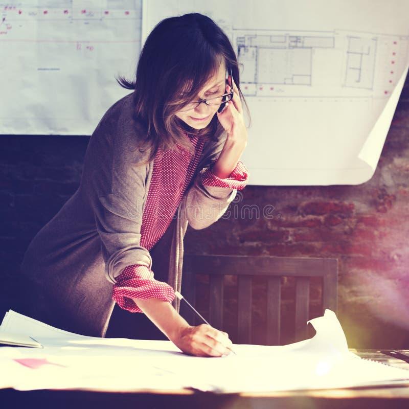 Architectuurvrouw die het Concept van de Blauwdrukwerkruimte werken stock afbeelding