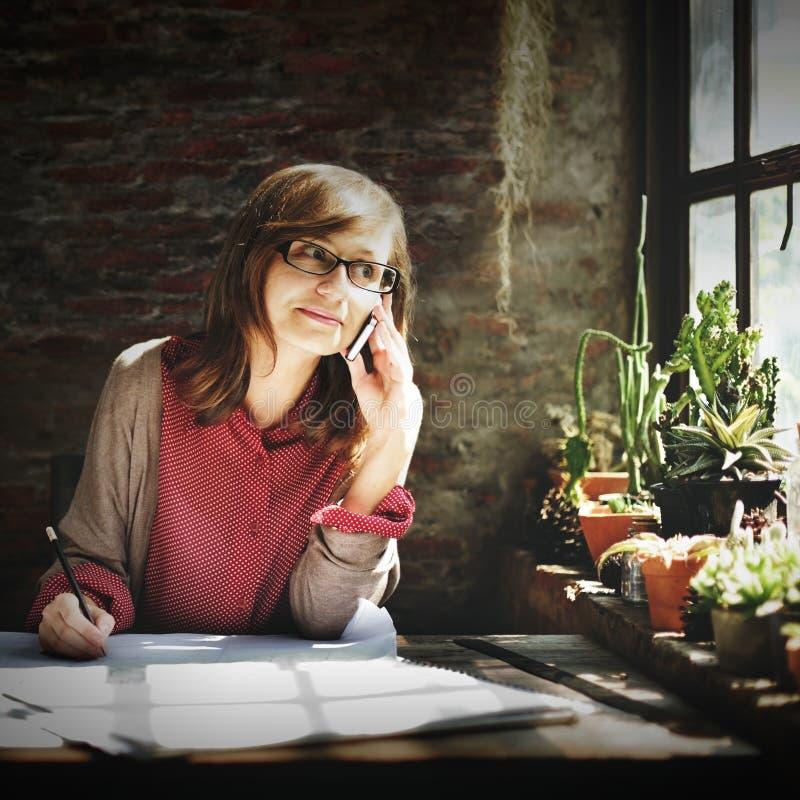Architectuurvrouw die het Concept van de Blauwdrukwerkruimte werken royalty-vrije stock foto