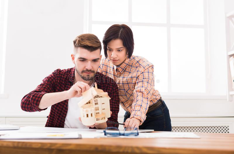 Architekci tworzy domu modela w biurze zdjęcie royalty free