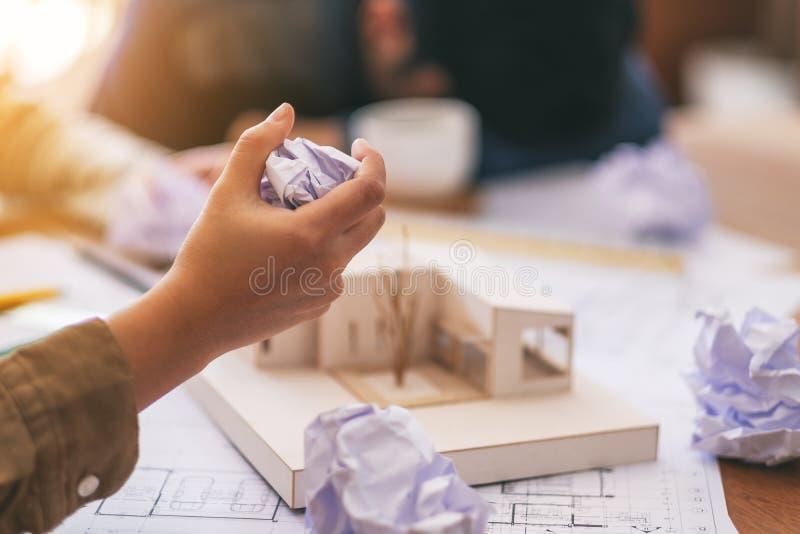 Architekt śrubował w górę papierów ręcznie gdy odczucie stresujący się po pracować na architektura modelu wpólnie zdjęcia stock