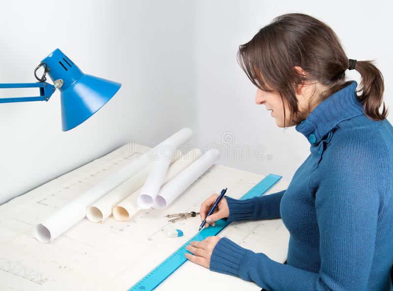 Architekt bei der Arbeit lizenzfreie stockbilder
