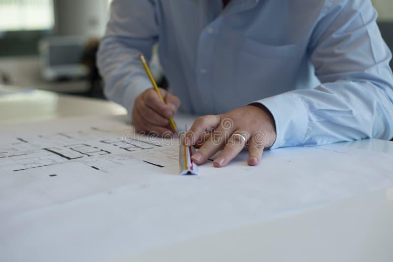 Architekt, der CAD-Zeichnungen redigiert stockfotos
