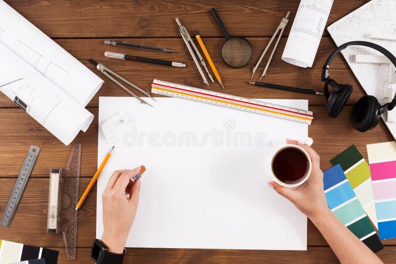 Architekt, der Draufsicht des Architekturprojektes zeichnet stockbild