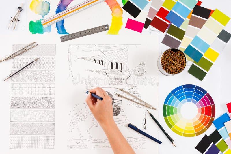 Architekt, der Draufsicht des Architekturprojektes zeichnet stockfotos