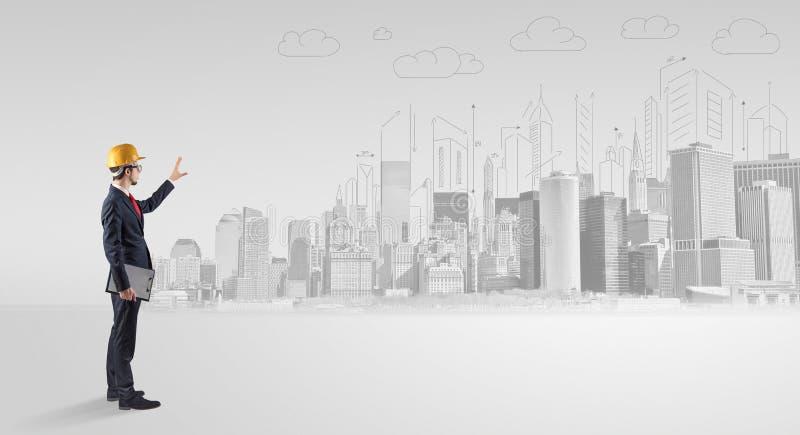Architekt, der ein Stadtpanorama steht und replanning stockfotografie