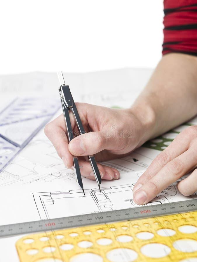 Architekt, der an einem bluprint arbeitet lizenzfreie stockfotos