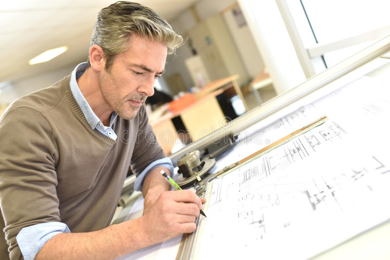 Architekt, der einen Bauplan zeichnet stockfotos