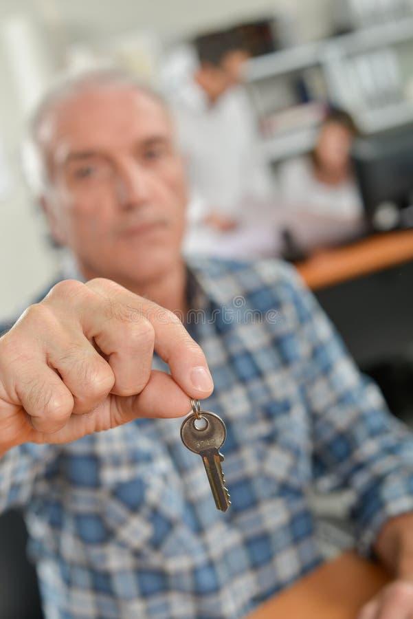 Architekt, der Hausschlüssel hält stockfotos