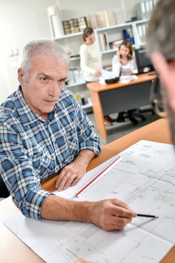 Architekt, der Kunden erklärt stockbild