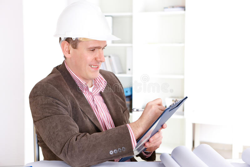 Architekt, der mit Dokumenten arbeitet stockbilder
