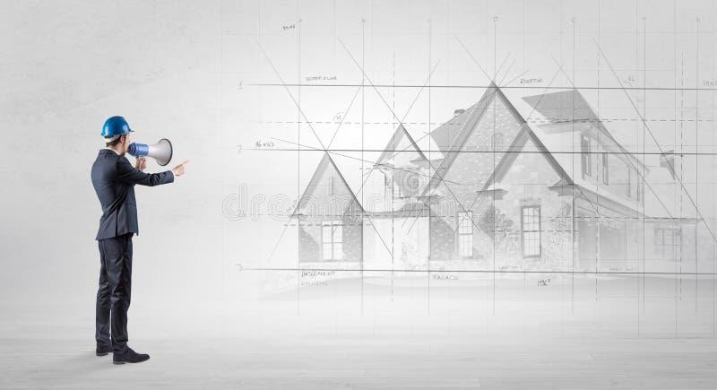 Architekt, der mit Hausplan steht lizenzfreies stockfoto