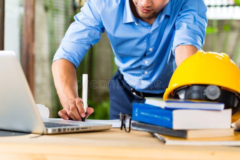 Architekt, der zu Hause arbeitet lizenzfreies stockbild