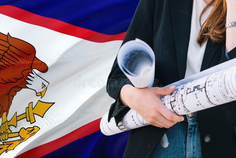 Architekt kobiety mienia projekt przeciw amerykanina Samoa falowania flagi tłu Budowy i architektury poj?cie obrazy stock