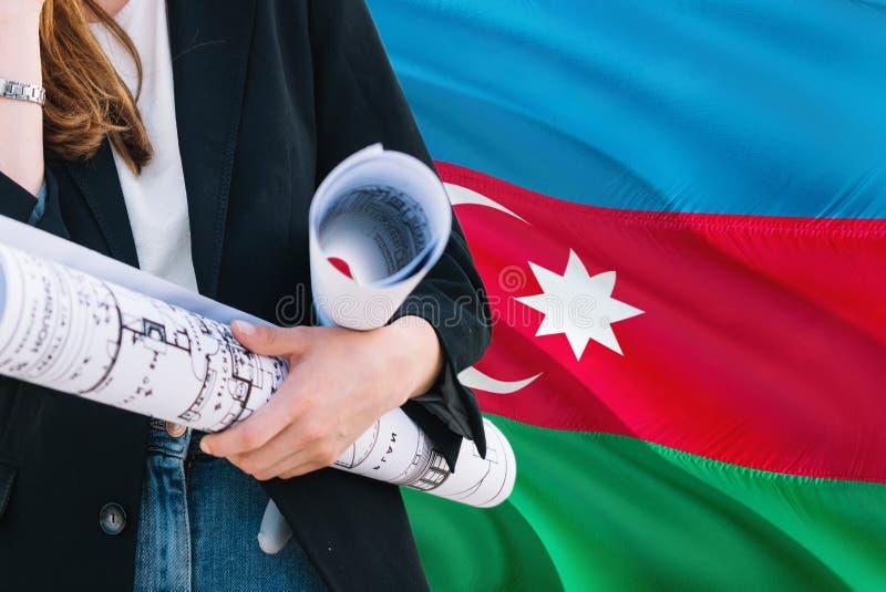Architekt kobiety mienia projekt przeciw Azerbejdżan falowania flagi tłu Budowy i architektury poj?cie fotografia stock