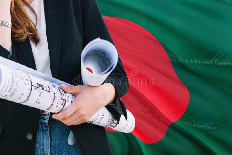 Architekt kobiety mienia projekt przeciw Bangladesz falowania flagi tłu Budowy i architektury poj?cie zdjęcie royalty free