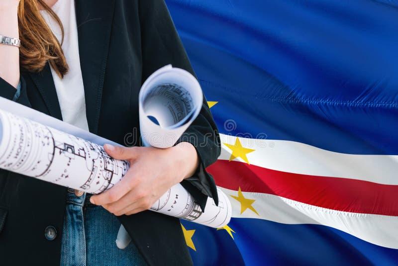 Architekt kobiety mienia projekt przeciw przylądka Verde falowania flagi tłu Budowy i architektury poj?cie obrazy stock
