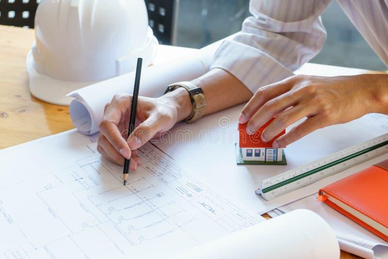 Architekt lub in?ynier pracuje na projekcie przy miejsce pracy na drewnianym biurku - architektoniczny projekt, budowy poj?cie zdjęcia royalty free