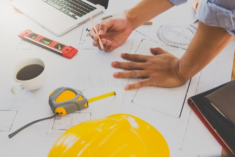 Architekt lub in?ynier pracuje na projekcie w biurze, architektoniczny poj?cie zdjęcie royalty free