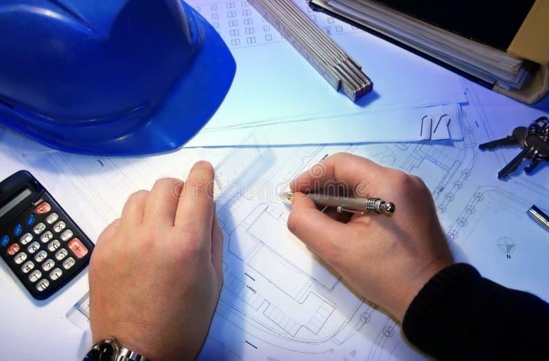 Architekt mit einem Plan stockfotografie