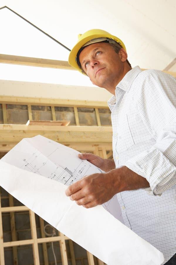Architekt mit Plänen lizenzfreie stockbilder
