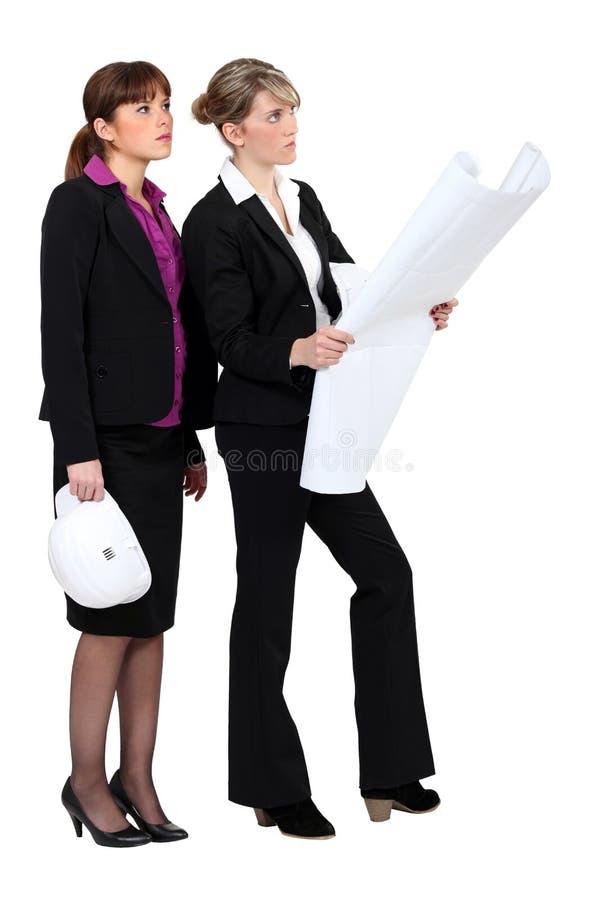 Architekt mit zwei Frauen stockbilder