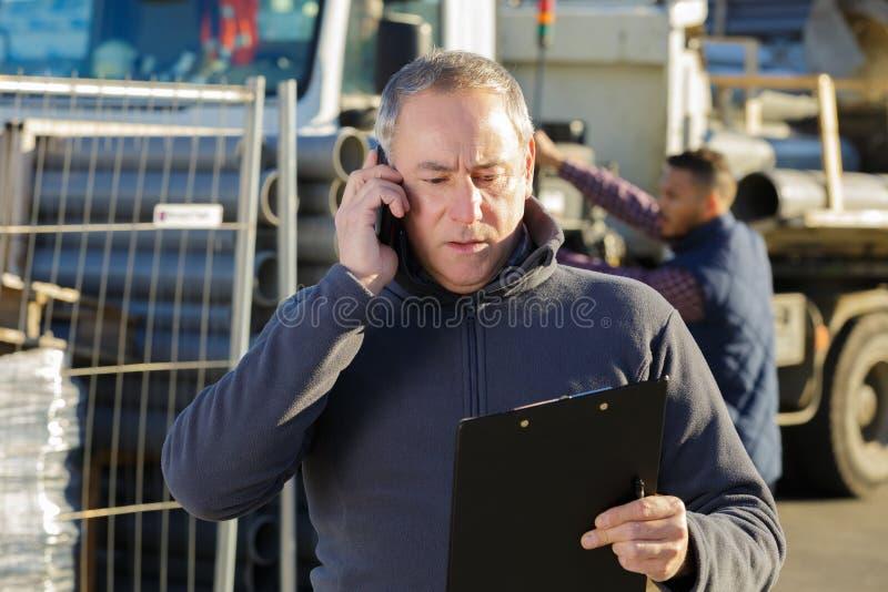 Architekt Na placu budowy Używać telefon komórkowego zdjęcie royalty free