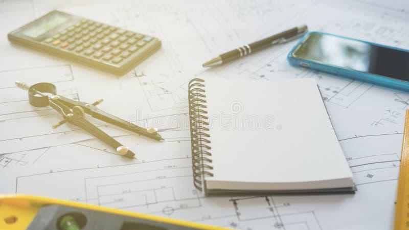 Architekt oder Planer, die an Zeichnungen für Bau arbeiten lizenzfreies stockbild