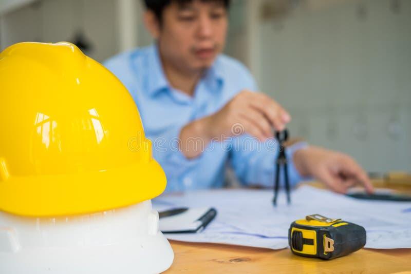 Architekt oder Planer, die an Zeichnungen für Bau arbeiten stockfotos
