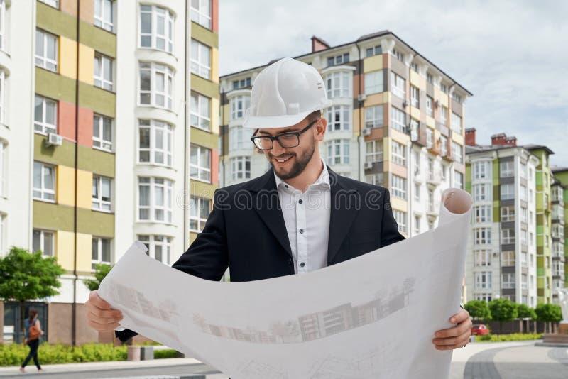 Architekt patrzeje architektonicznych budowa rysunki obraz royalty free