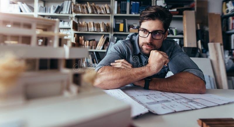 Architekt patrzeje domu modela na biurku zdjęcie royalty free