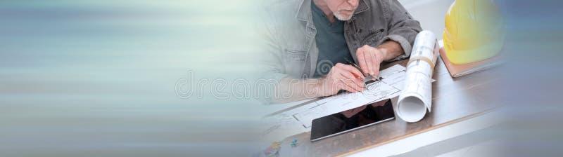 Architekt pracuje na planach sztandar panoramiczny fotografia stock