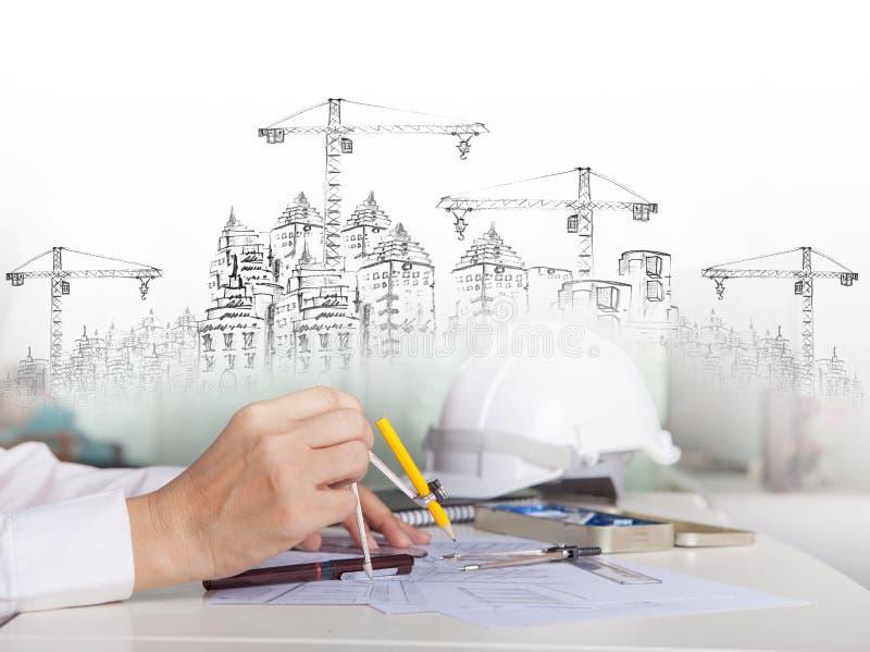 Architekt pracuje na talbe z kreślić konstrukcję i budować obrazy stock