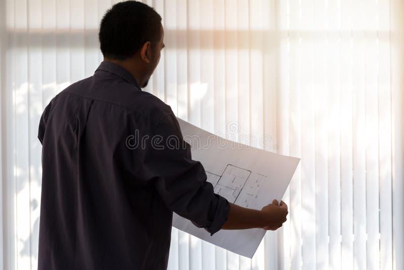 Architekt pracuje w biurze Konstruuje mienie projekt w biurze, architektoniczny pojęcie fotografia royalty free