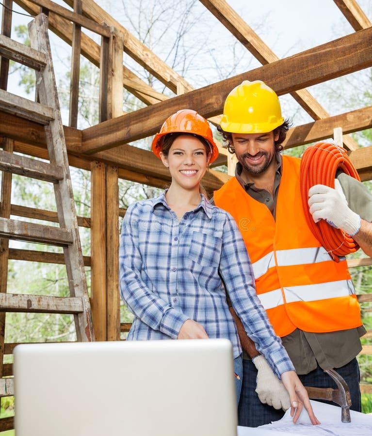 Architekt Pracuje Z pracownikiem budowlanym Przy miejscem fotografia stock