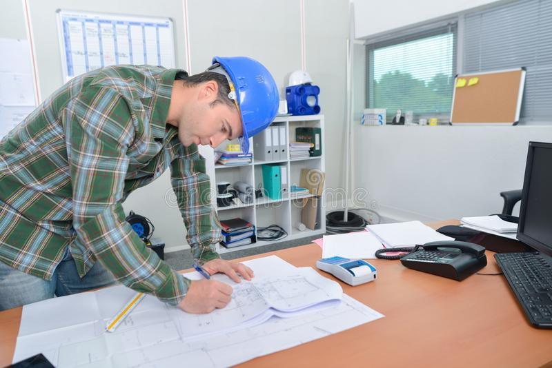 Architekt an seinem Schreibtisch stockbilder