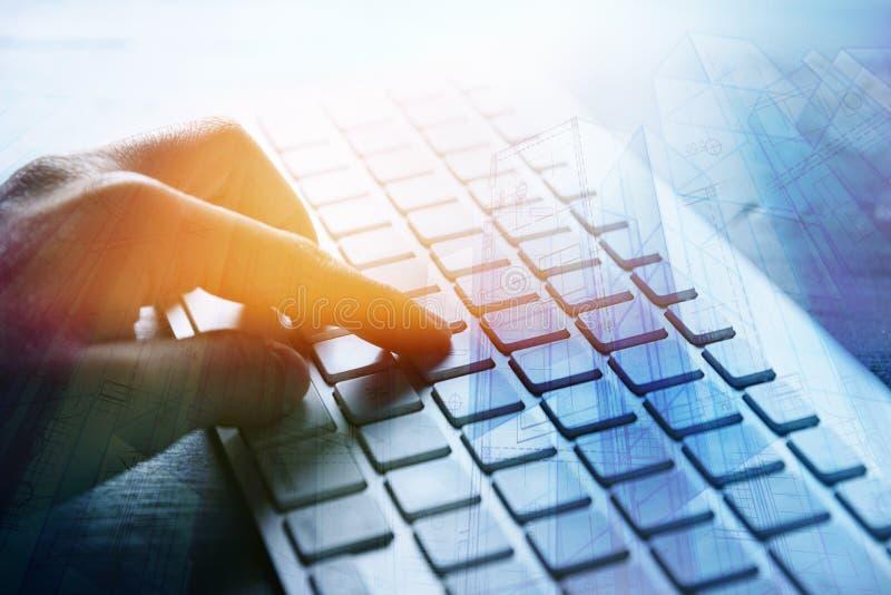Architekt używa komputerową klawiaturę zdjęcia stock