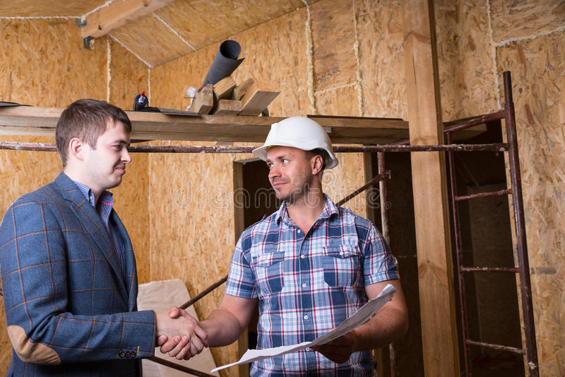 Architekt und Vorarbeiter Consulting Building Plans stockfotografie