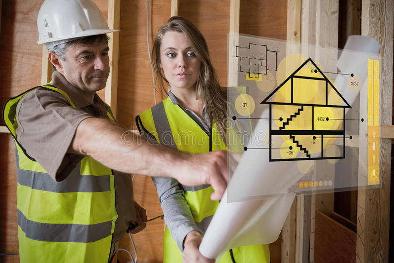Architekt und Vorarbeiter, welche die Pläne auf Schnittstelle konsultieren lizenzfreie stockfotos